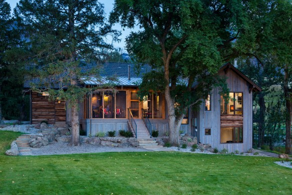 this home fits perfectly into its environment and takes advantage of old-growth trees in the landscaping